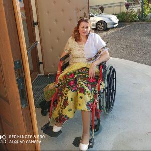 kobieta siedzi na wózku