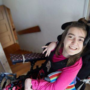 Dziewczynka na wózku uśmiecha się