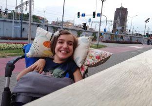 Dziewczynka uśmiecha się szeroko