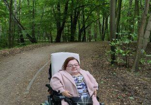 kobieta na spacerze w lesie