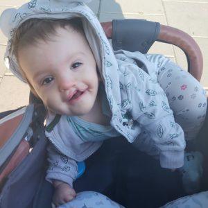 mały chłopczyk uśmiecha się