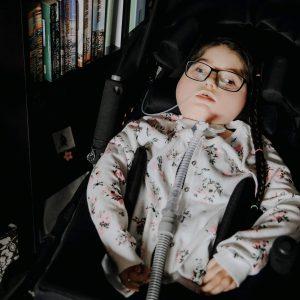 dziewczynka w wózeczku