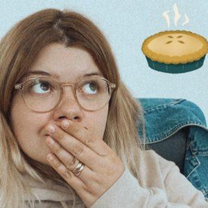 kobieta patrzy na ciasto