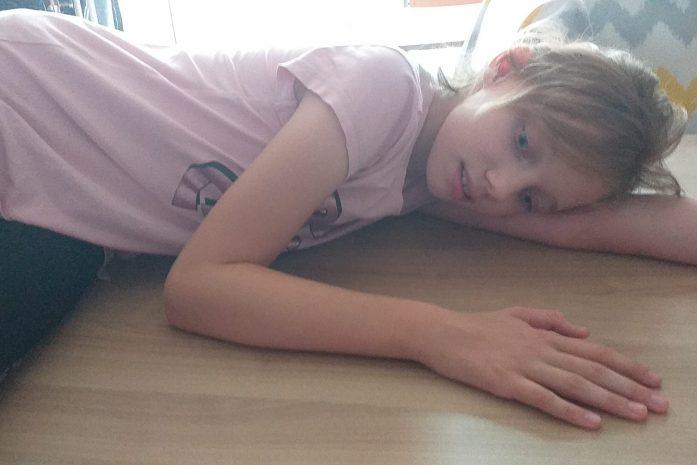dziewczynka leży