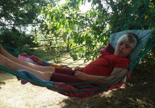 dziewczynka odpoczywa po operacji