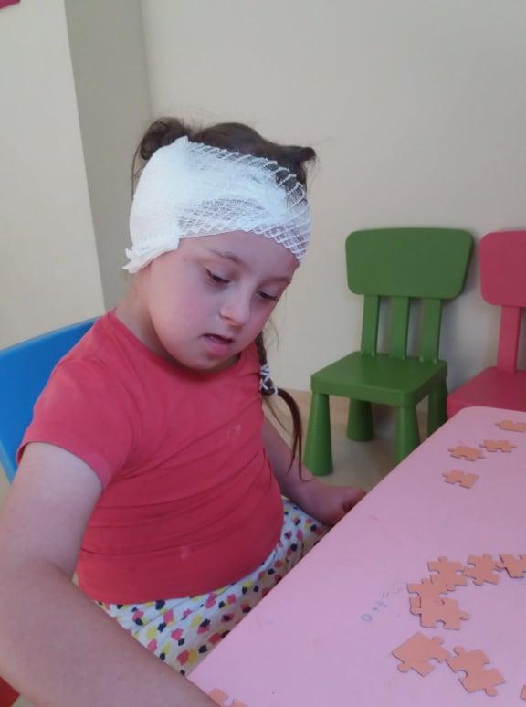 dziewczynka narehabilitacji