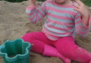 dziewczynka bawi się w piaskownicy