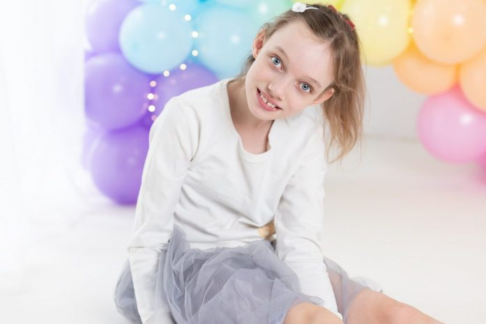 dziewczynka uśmiecha się