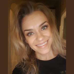 kobieta uśmiecha się