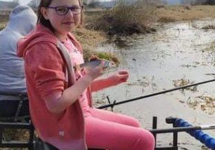 dziewczynka łowi ryby