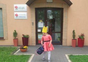 dziewczynka przed szpitalem